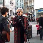 Se videoen hvor Rod Stewart beder om at låne gademusikantens mikrofon – nu hylder nettet dem begge!