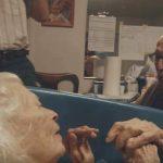 105-årig besøger hustruen på deres 80 års bryllupsdag – siger 7 ord som knuser barnebarnets hjerte