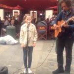 11-årig pige vil synge en sang med gadespillereren – Da hun begynder at synge, taber alle kæben!