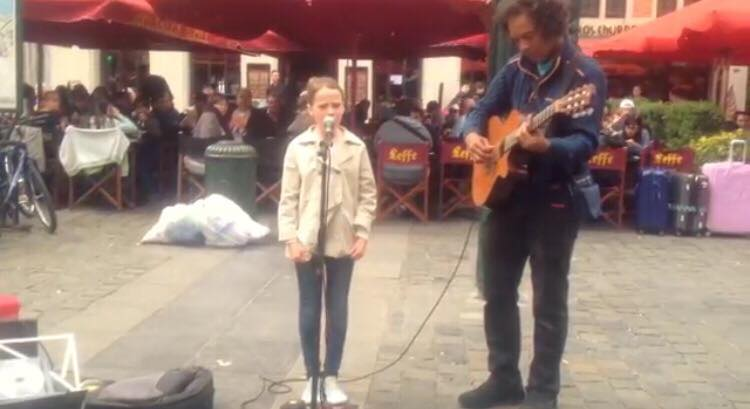 11-årig pige vil synge en sang med gadespillereren - Da hun begynder at synge, taber alle kæben!