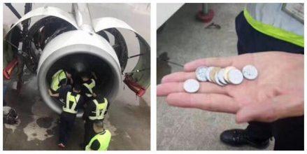 Ældre kvinde kaster mønter i flyets motor, som et symbol på sikker rejse – det skulle hun aldrig have gjort
