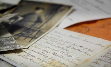 Håndværkerne fandt et brev skjult i muren – Det viste sig at gemme på en skræmmende forudsigelse
