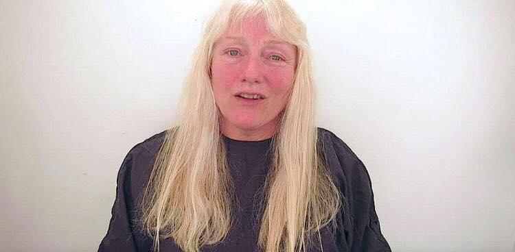 Hun tager til frisør med sin lange hår - Alt bliver klippet af og frisøren giver hende en forbløffende makeover!