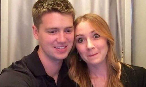 Parret tager billeder i fotoboksen - her har hun forberedt en overraskelse der efterlader ham i tårer