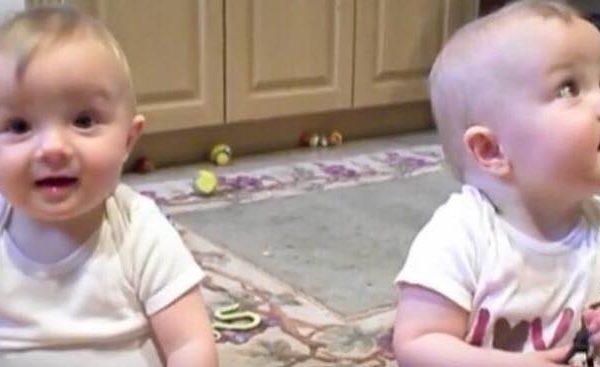 Babyerne sidder og leger - vent nu og se da de hører deres far.