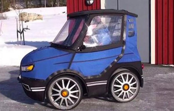 Det ligner verdens mindste bil - alle chokeres da han åbner døren!