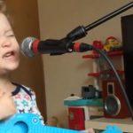 2-årig charmer hele verden med sin fortolkning af Ed Sheeran nummer
