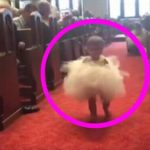 Lille datter vakler frem mod brudeparret – se nu øjeblikket hvor hun ser sin far ved alteret