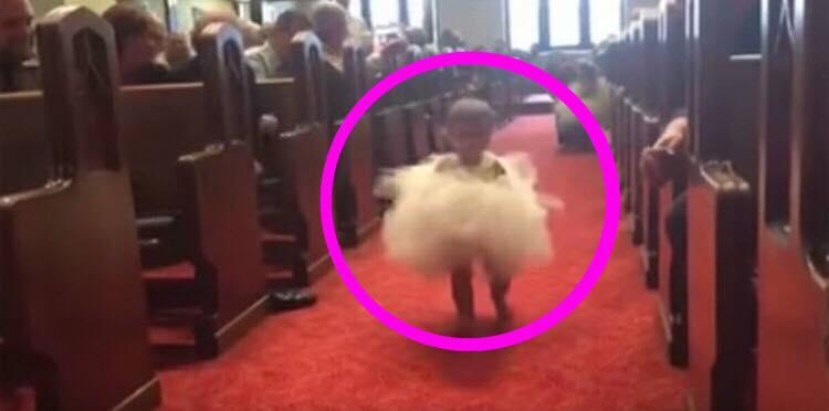 Lille datter vakler frem mod brudeparret - se nu øjeblikket hvor hun ser sin far ved alteret
