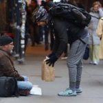 Han spørger hjemløs hvad han har brug for – så kommer bud pludseligt med en særlig pakke