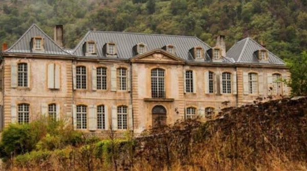 Efterladt slot købes af par, der får et chok efter at have set dets indre