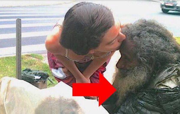 Kvinden gik hver dag forbi den hjemløse mand - men så fandt hun ud af hvem han egentlig var
