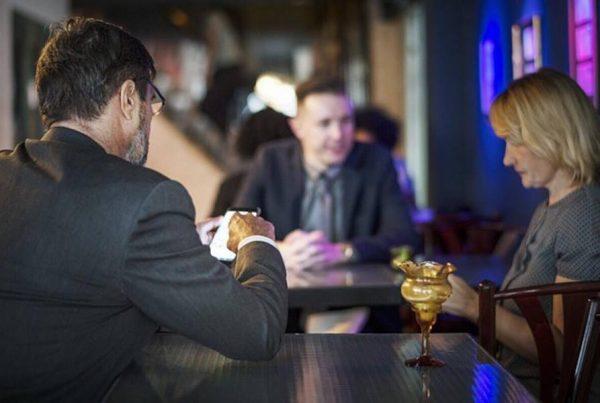 Vittighed: Ung mand fornærmer pensionist på pub - snart bliver han rød i hovedet og stikker halen mellem benene