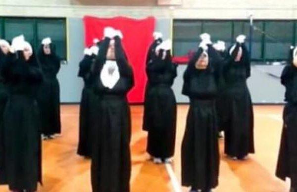 12 nonner begynder at danse - 1 minut inde i dansen går det hele op i en højere enhed