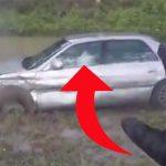 Bilist kører mistænksomt – motorcyklist stopper op og opdager situationen er meget værre end først antaget
