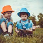 Vittighed: To små drenge sad og legede – da den ene pludseligt spørger om noget virkeligt morsomt