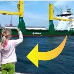 Lille pige forsøger at give signal til kaptajnen om at tude i hornet – se så hende så da hun indser sin store fejl