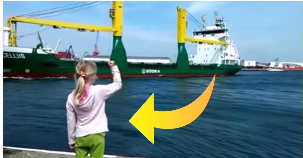 Lille pige forsøger at give signal til kaptajnen om at tude i hornet - se så hende så da hun indser sin store fejl