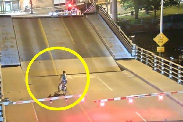 Kvindelig cyklist på bro ignorerer at hun skal stoppe ved bumpene der viser rødt lys - sekunder senere får hun sin straf