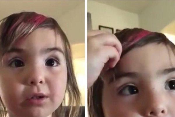 Moren opdager at hendes datter selv har klippet sit pandehår - pigens kommentar er fantastisk!