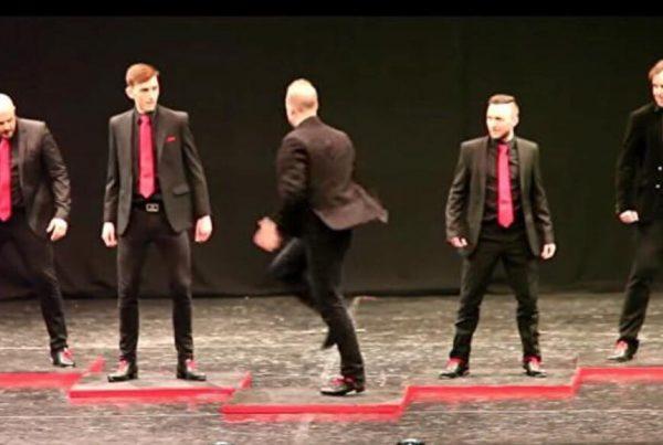 5 mænd stiller op i talentkonkurrence - et kort øjeblik senere er alle i chok over den vilde præstation!