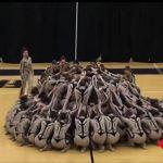 Gymnasterne danner en cirkel midt ude på gulvet – hold nu øje med deres ben når de igen flytter sig