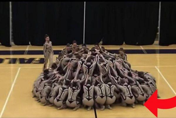 Gymnasterne danner en cirkel midt ude på gulvet - hold nu øje med deres ben når de igen flytter sig