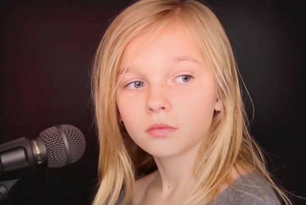 11-årig pige fortolker ''The Sound of Silence'' - nummeret har nu givet hele verden gåsehud!