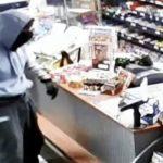 Efterlysning fra politiet: kan du genkende denne røver med en karakteristisk gang?