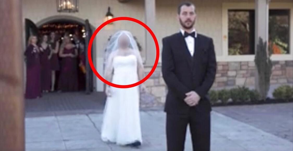 Brudgommen står med ryggen til og forventer at se sin brud i smuk hvid kjole - Hvad der så sker, har taget fusen på millioner!