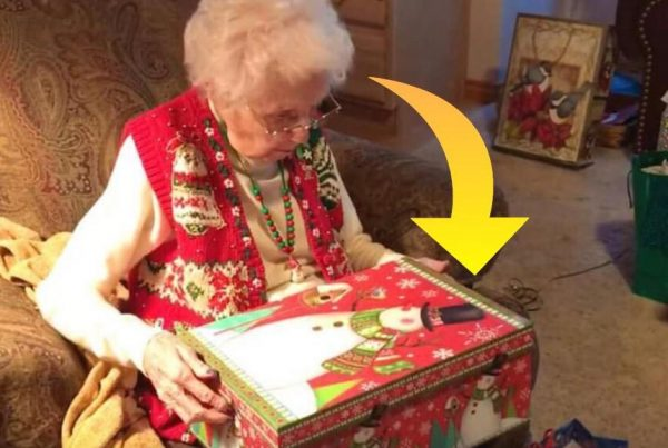 Bedstemoren åbner sin julegave fra familien - hun får sit livs overraskelse, da hun ser hvad pakken indeholder
