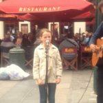 Gadeartisten blev forvirret da 11-årig tager mikrofonen – men lyt nu når hun begynder at synge