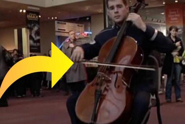 En soldat begynder at spille midt i museet - så begynder 120 andre musikere også at spille og giver en fabelagtig optræden