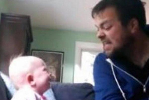 Onklen læser historie for sin lille niece - den lille piges reaktion er yderst herlig!