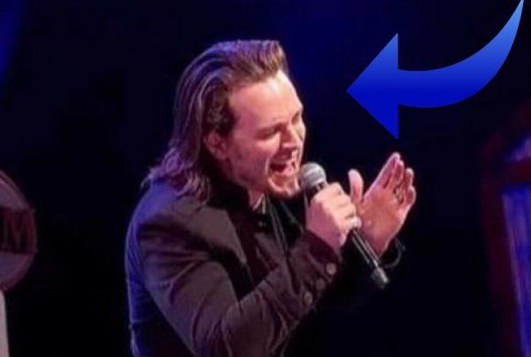 Han synger en fortolkning af klassiker - resultatet får publikum til at juble