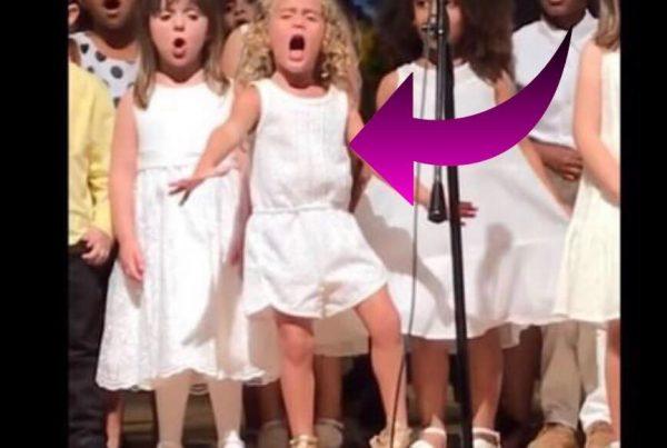 Børnene i børnehaven er klar til at underholde publikum - men én bestemt pige stjæler alles opmærksomhed