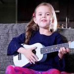 5-årige sangstjerne har lagt nettet ned med hendes sangvalg, det får ens hjerte til at smelte!