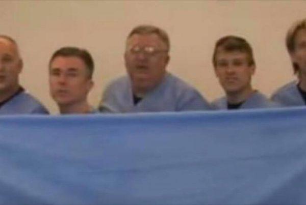 5 læger står gemt bag et klæde - grunden til dette er yderst morsom
