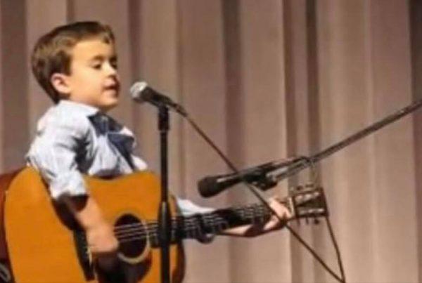 Han går kun i 2. klasse, men bliver allerede kaldet for 'den nye Johnny Cash'