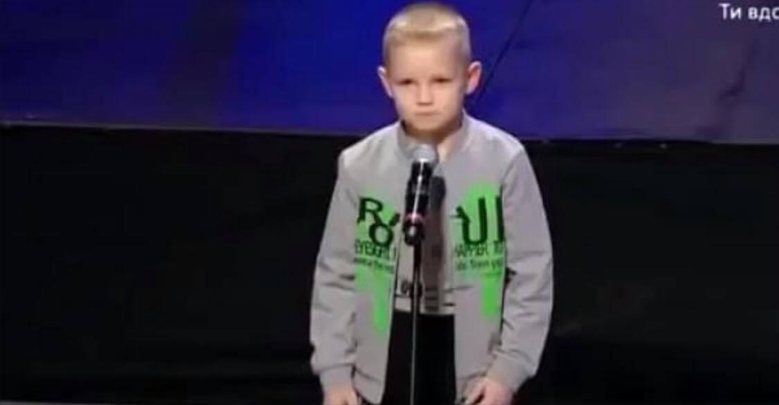7-årig dreng stiller op i talenkonkurrence - Publikum tror ikke deres egne øjne, da de ser hvad han skal optræde med