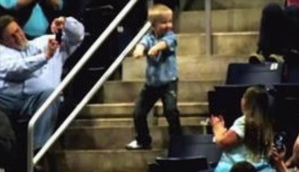 Lille dreng fra publikum stjæler al opmærksomhed til koncert - Se reaktionen her