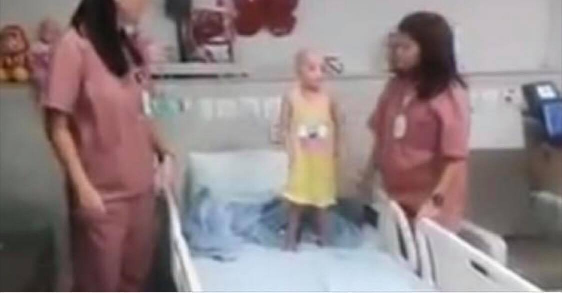 Sygeplejerskernes måde at håndtere deres yngste patienter på, har fået hjerter fra hele verden til at smelte