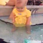 6 måneder gammel baby sidder stille og kigger i vandkanten – Det er chokerende hvad der så sker!