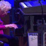 98-årige bedstemor sætter sig ved pianoet – få sekunder senere tryllebinder hun publikum