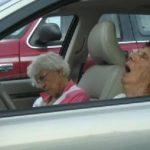 Betjent stopper 5 pensionister for at køre for langsomt på motorvejen – deres forklaring er hysterisk sjov