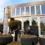 Dansk familie bygger hus af bildæk og jord: Se nu når familien byder dig indenfor!