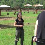 Filmhold interviewer dyrepasseren – se nu hvad der sker når den store hanelefant pludselig dukker op!