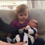 Pigen er langt fra imponeret over at se sin nyfødte lillebror – reaktionen er nu set af over 9 millioner!
