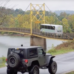 Utrolig video deles lige nu som en løbeild på nettet: Se nu når den 24 ton tunge bus køre over den lille bro med en vægtgrænse på 10 ton!