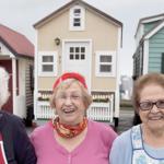 3 pensionister var nervøse for at ende på plejehjem: Nu er de flyttet ind i små huse på hjul!